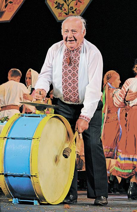 Дід Ілько (Ілля Дячук) грає на весіллях уже понад сімдесят років