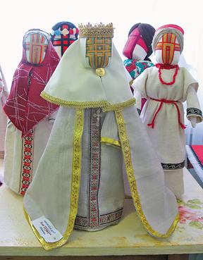 Лялька-мотанка «Княгиня Ольга» (на передньому плані) Алли Шушкевич з Тернополя