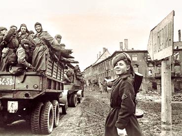 Українці не тільки визволили з нацистської окупації свою територію, а й дійшли до Берліна, і саме українець Олексій Берест першим встановив Прапор Перемоги над Рейхстагом. Фото з сайту archives.gov.ua