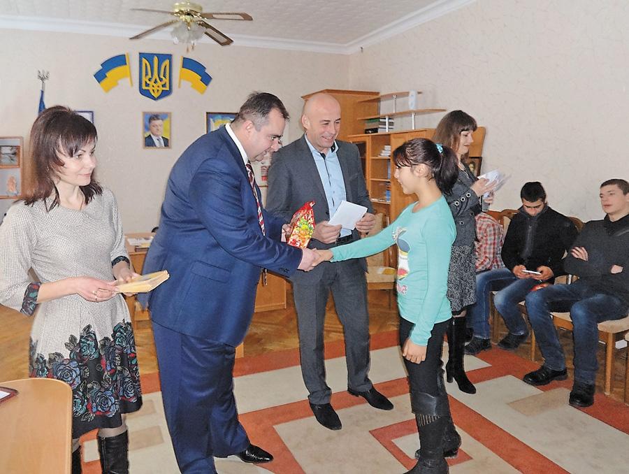Керівники району вручили іменні стипендії 27 соціальним студентам. Фото надане автором