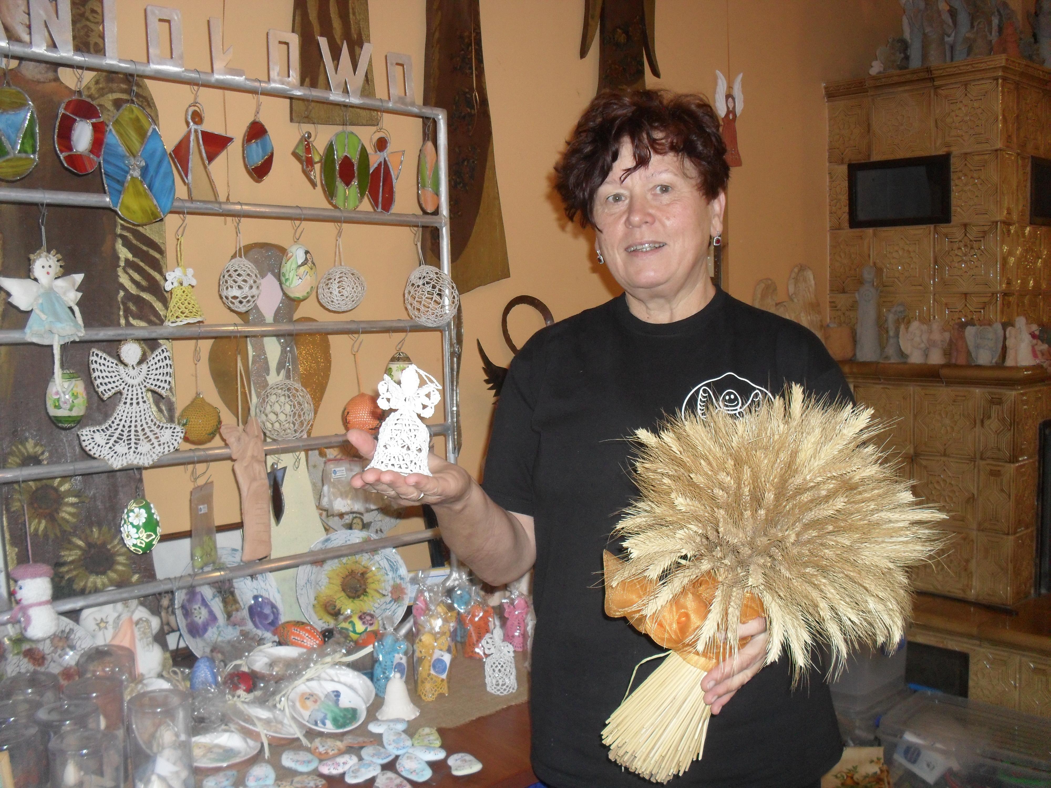 Галина Чишла демонструє ангела-охоронця садиби, виробництво яких — нарівні з дерунами, пирогами і пончиками — поставили на потік у запустілому донедавна селі Анілово. Фото автора