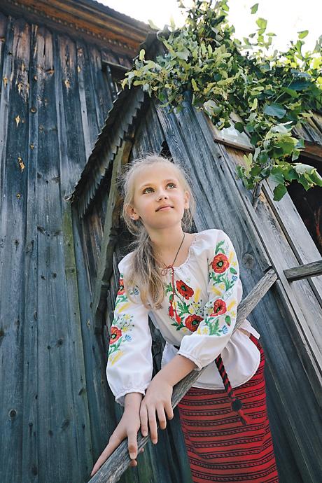 Дівчата вмиваються росою, щоб бути ще вродливішими… Фото Володимира ЗAЇКИ