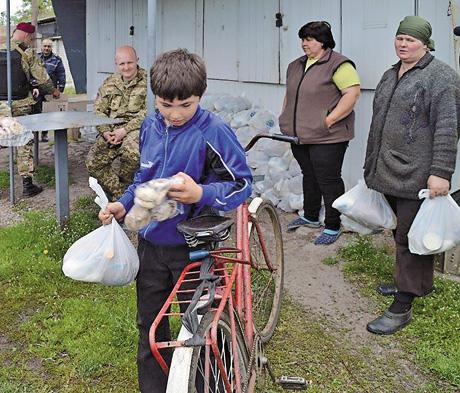 Найменші жителі східних областей по-дитячому радіють дорослій підтримці. Фото з сайту Луганської облдержадміністрації