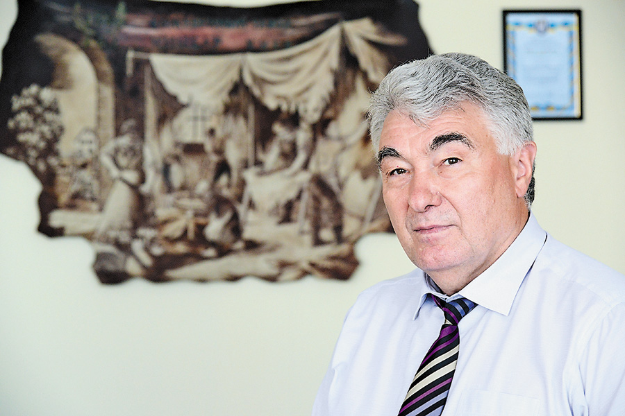 40 років на заводі працює Віктор Ліщук, з них 25 — генеральним директором. Остання цифра свідчить про те, що керує підприємством Віктор Іванович ефективно.