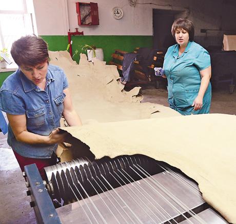 Здавна чинбарством займалися переважно чоловіки. Але технічний прогрес зробив цю професію цікавою і для жінок: на заводі понад 50% представниць слабкої статі.