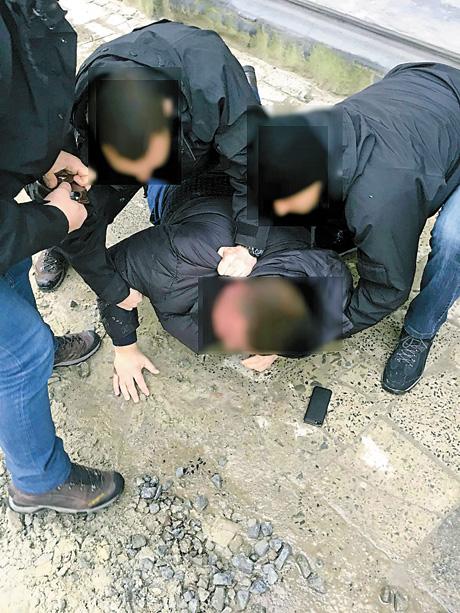 Торік військові прокурори разом з СБУ та Нацполіцією затримали 85 посадовців і запобігли отриманню неправомірної вигоди на суму понад 2,5 мільйона гривень. Фото надані автором