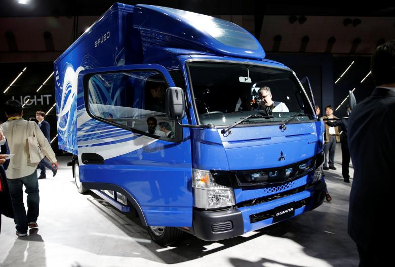 Mitsubishi Fuso Truck and Bus Corporation відображає eCanter. REUTERS / Toru Hanai