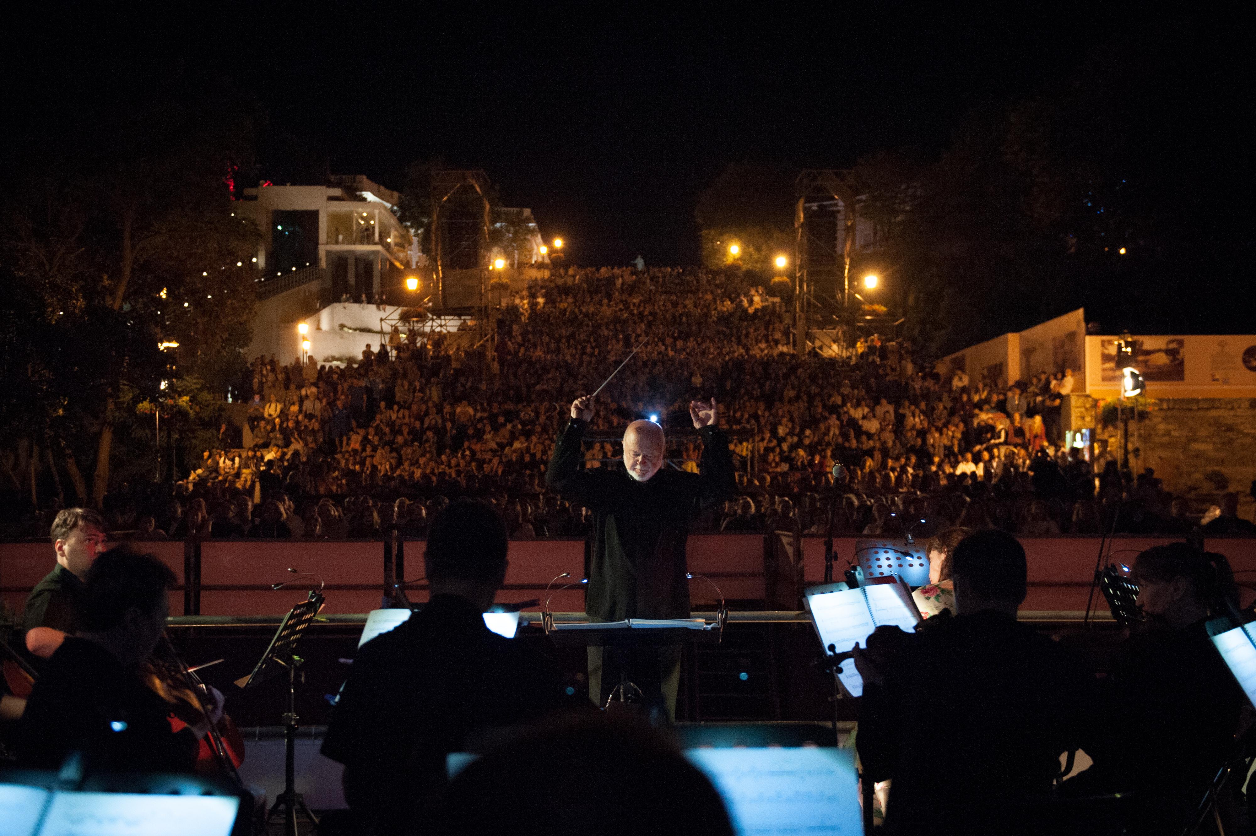 На безплатний кінопоказ на Потьомкінських сходах французького фільму «Дамське щастя» у супроводі симфонічного оркестру та оперної співачки Софі Фурньє прийшли 15 тисяч одеситів і гостей міста. Фото з сайту oiff.com.ua
