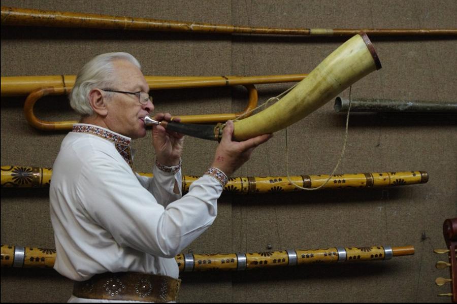 Любомир Кушлик уміє грати на всіх інструментах своєї колекції. Фото з сайту zokm.jimdo.com