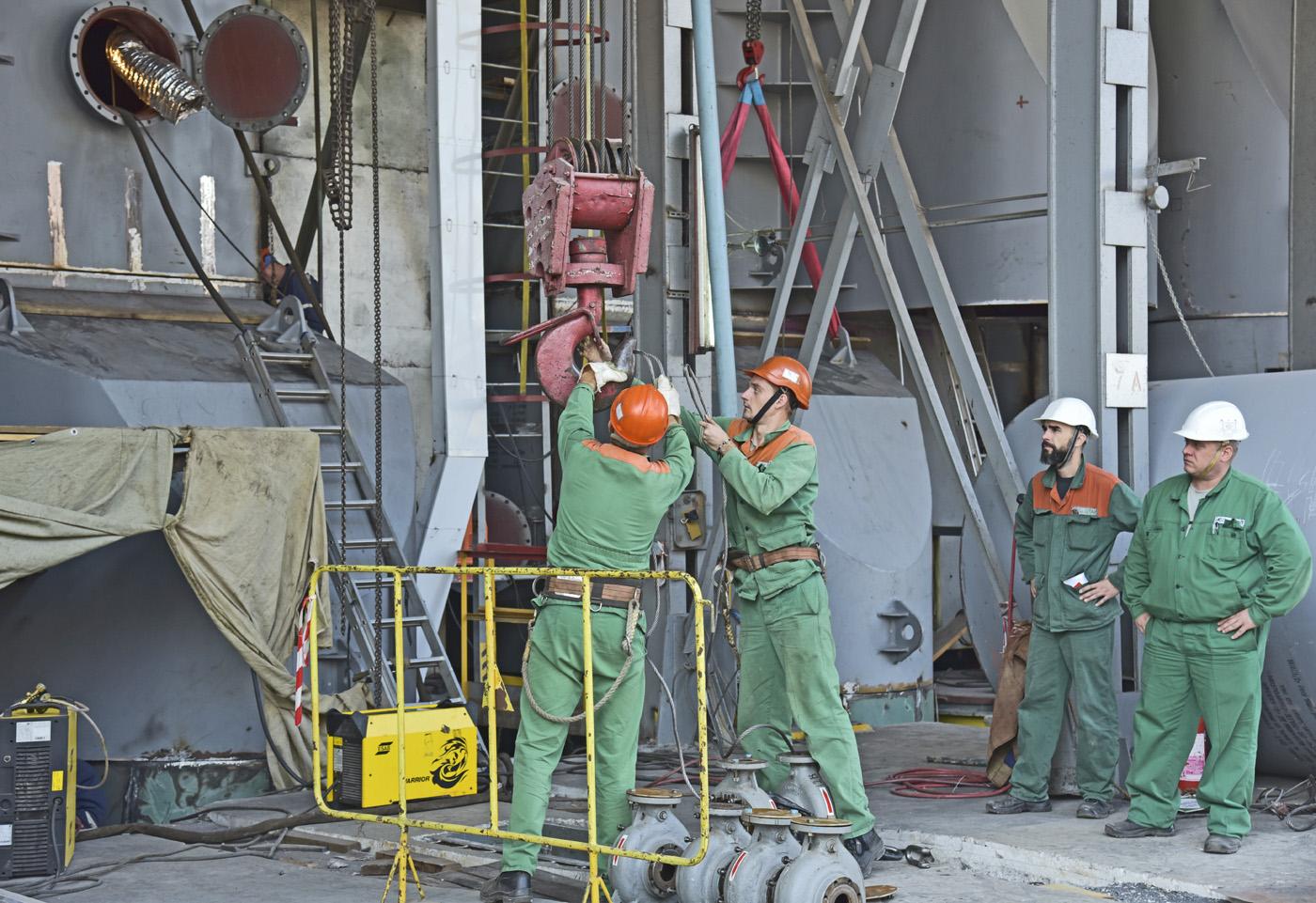 Процес заміни конденсатора потребує величезного обсягу монтажних і зварювальних робіт. Фото надані ДП «НАЕК «Енергоатом»