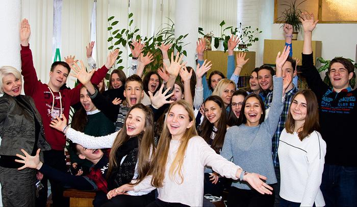 У будні і вихідні в бібліотеці вирує життя: молодь приходить не тільки по книжки чи пресу, а й заради живого спілкування. Фото з сайту facebook.com/4uth.gov.ua