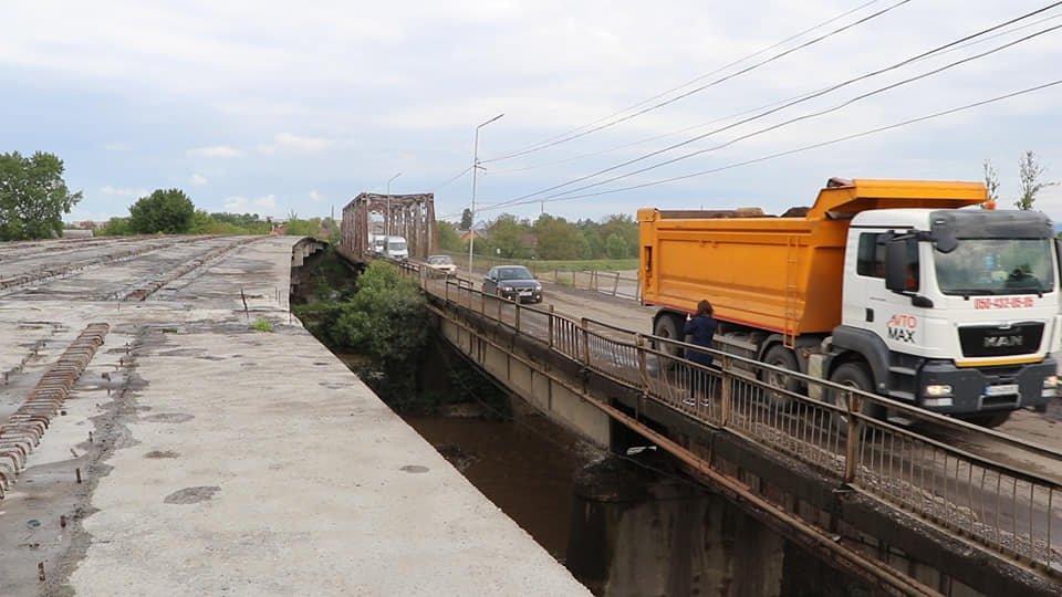 Поряд зі старим напіваварійним мостом через Тереблю повинен постати новий. Фото пресслужби Закарпатської облдержадміністрації.