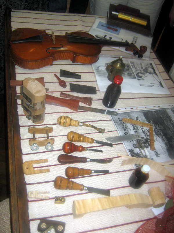 Завдяки цим інструментам та золотим рукам майстра народжується скрипка. Фото надане автором