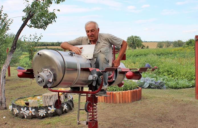 У дворі Володимира Пилипенка вражає все, бо й атракціони, й трасформери зроблені власноруч. Фото з сайту agroportal.ua