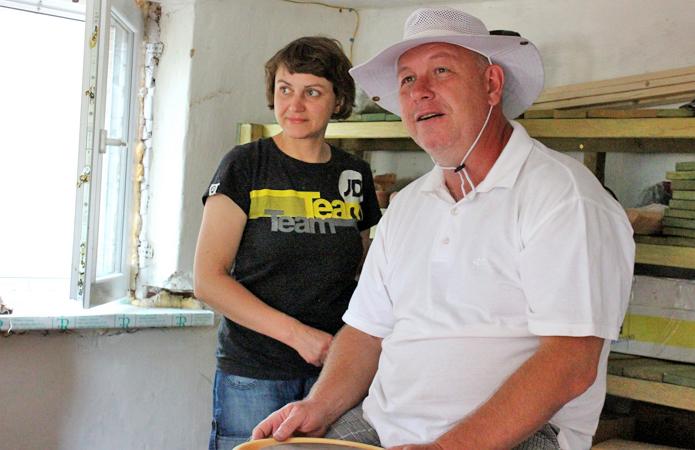 Підприємець Станіслав Коваль та його дружина Олена добре вписалися в сільське життя: він впроваджує системи аквапоніки й розводить японських коропів, вона малює і ліпить з глини. Фото з сайту agroportal.uа