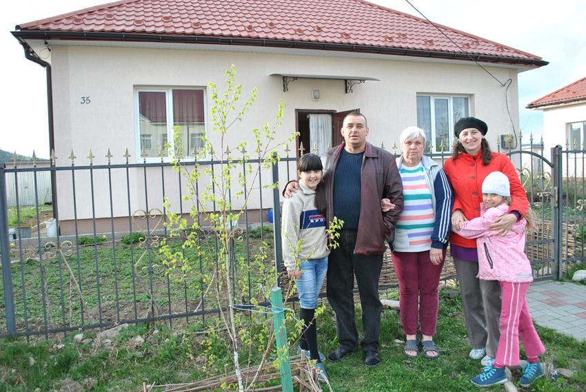Родина Каралкіних із Луганщини знайшла прихисток у «солотвинському кварталі» у Тереблі й обживається на новому місці. Фото автора