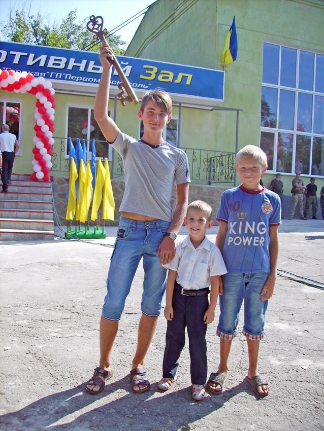 Хлопчаки Гірського вважають себе господарями нового спортзалу. Фото автора