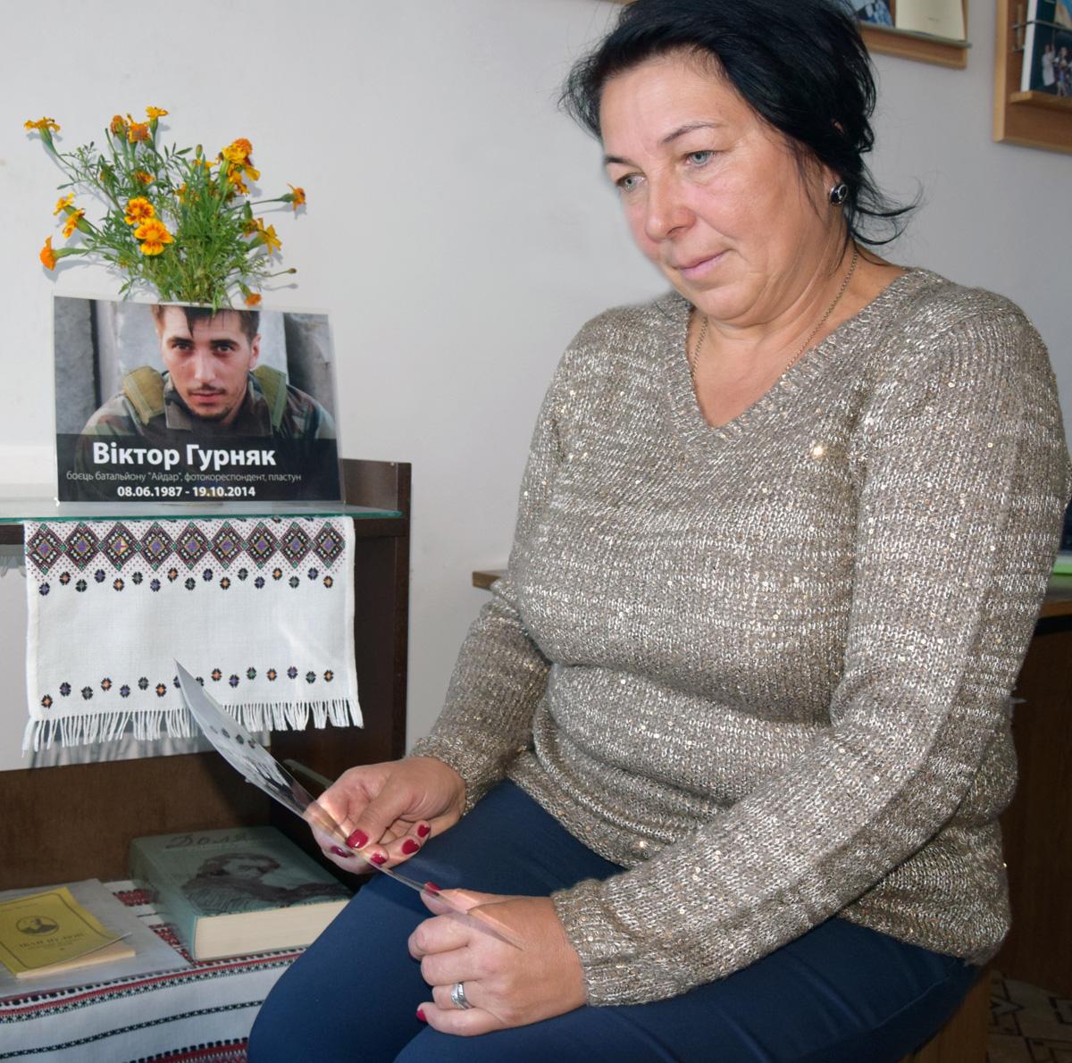 Марія Гурняк переглядає синові світлини. Фото автора