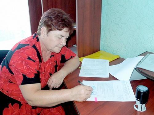 Голова кооперативу Ольга Костенко встигає скрізь: і роботу організувати, й необхідні папери підписати.