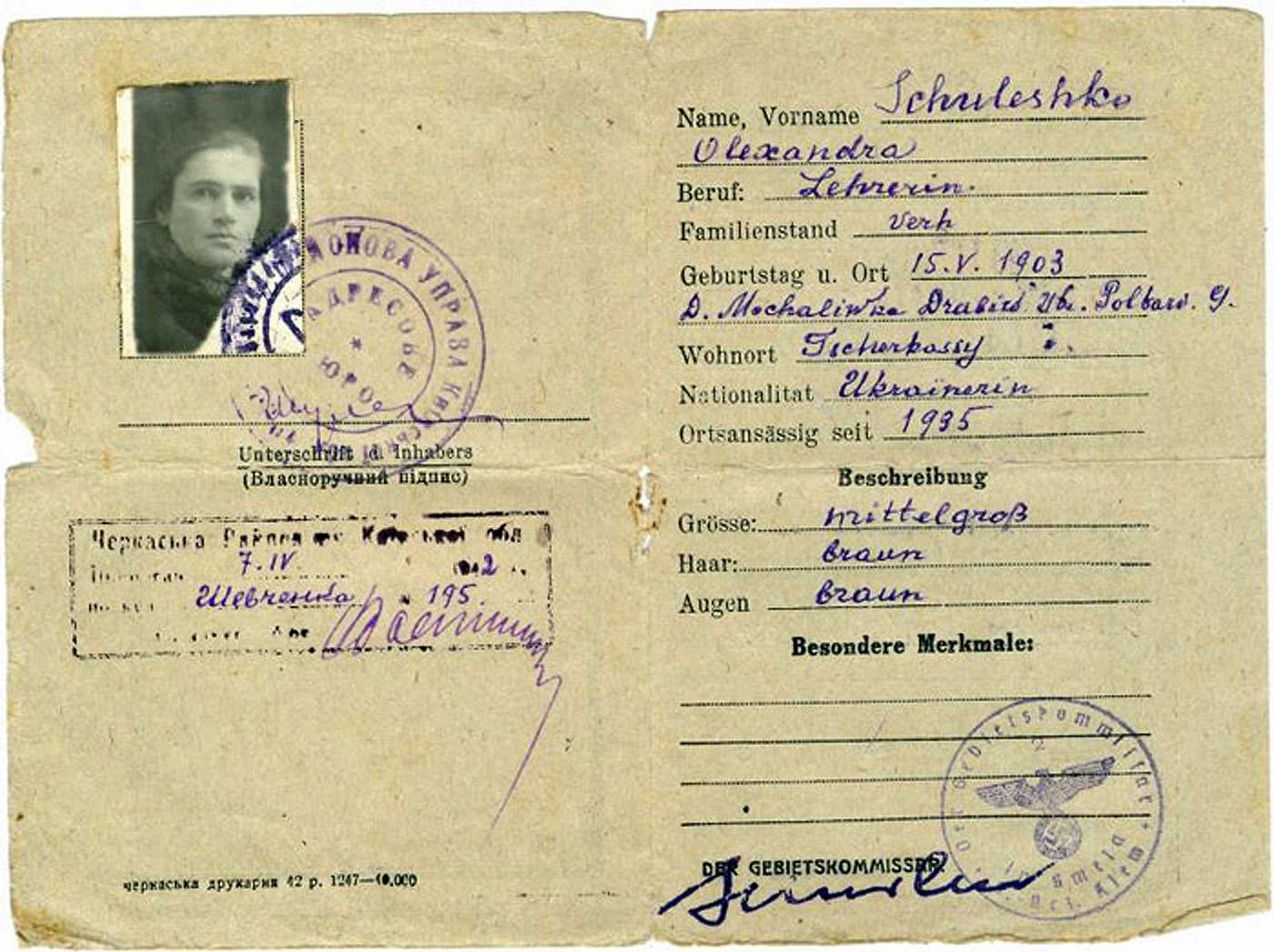 В інтернеті не вдалося відшукати дати народження Олександри Шулежко, за винятком цього німецького аусвайса