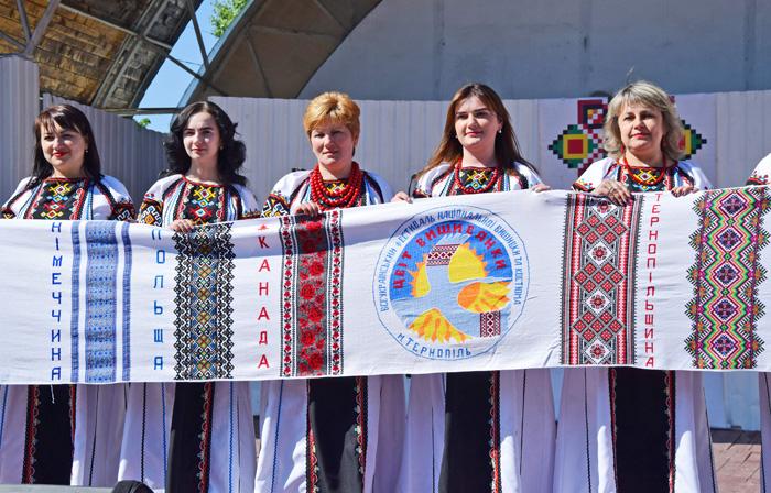 Представлення міжнародного вишитого рушника єднання «Цвіт вишиванки». Фото автора