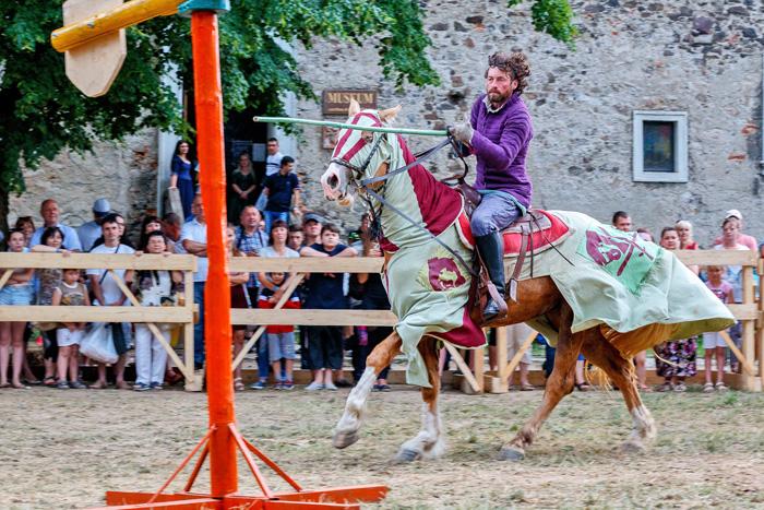 Новітні лицарі володіють мечем і списом не гірше за середньовічних. Фото з сайту opinion.biz.ua