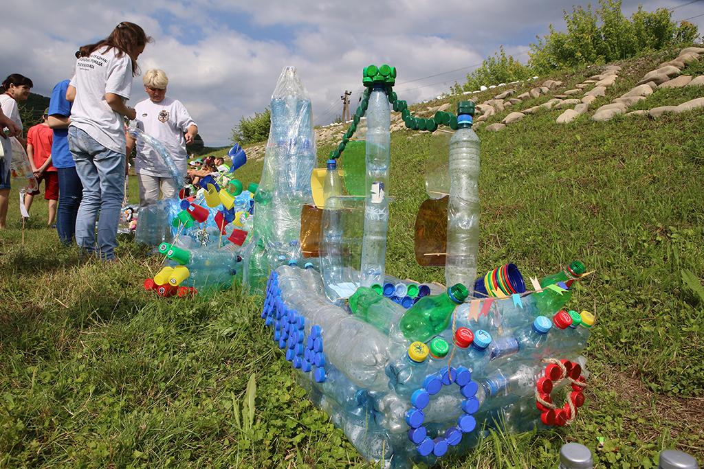 «Пластикові пірати» лякають пластиковими чудовиськами. Фото з сайту zaholovok.com.ua