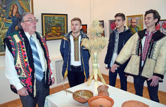 Добрий вечір тобі, пане господарю. З колядою до професора Олега Смоляка (ліворуч) прийшли студенти. Фото автора