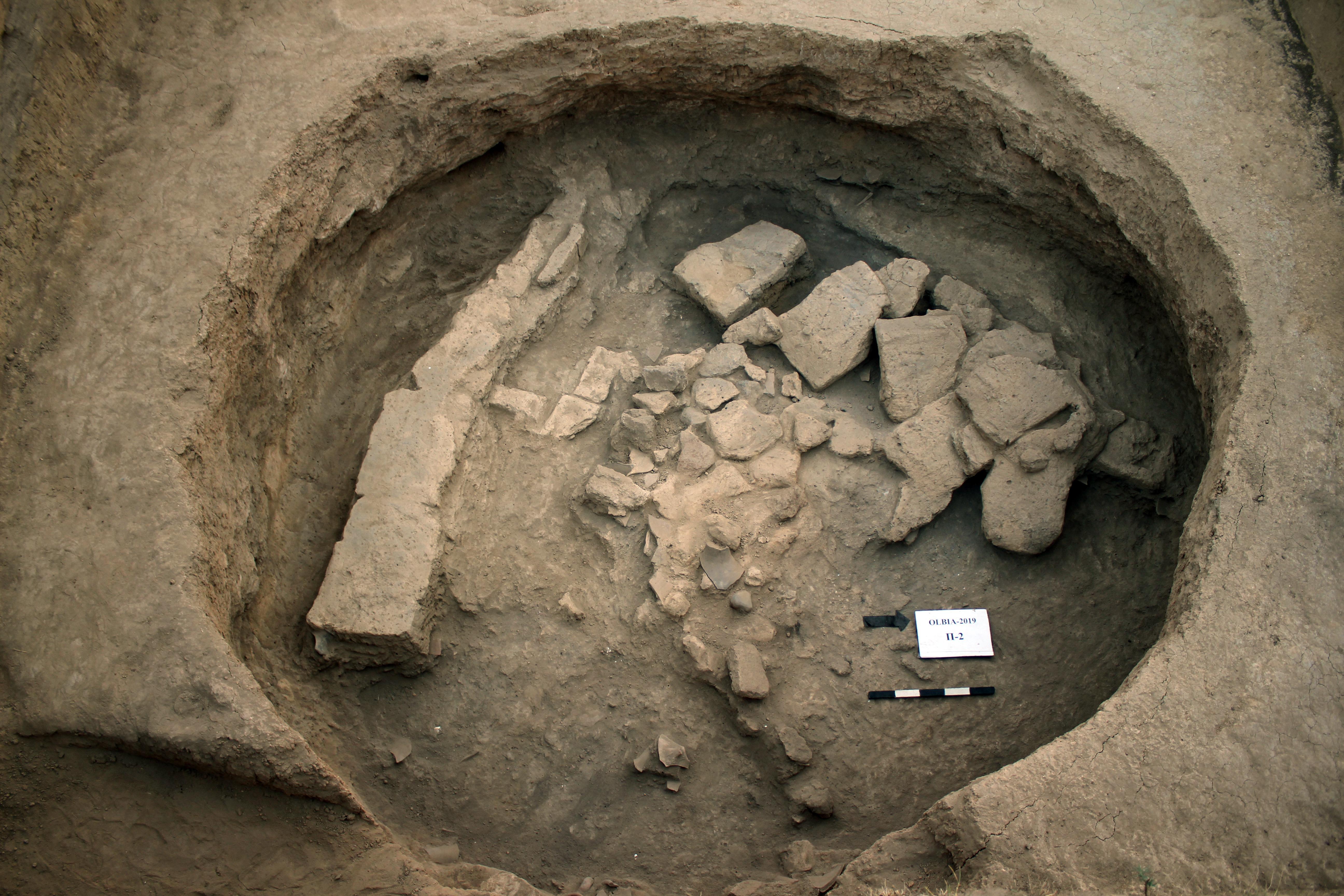 На глибині одного метра яма виявилася заповненою частинами наземних стін із сирцевих цеглин (виготовлялися з глини та різаної соломи) й окремими цеглинами, які впали всередину котловану.