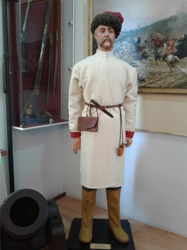 Так одягалися й виглядали козаки-сердюки охотницького полку часів гетьмана Мазепи. Фото з сайту музею «Поле Полтавської битви».