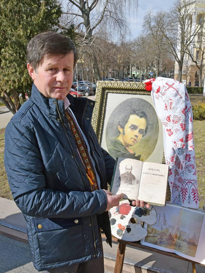 Директор Борщівського краєзнавчого музею Михайло Сохацький показує видання «Кобзаря» 1860 року. Фото автора
