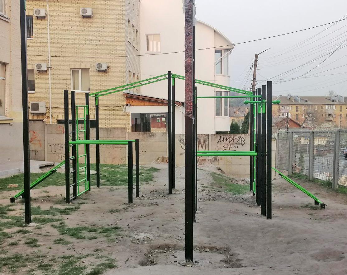 А це все, що спромоглися на сьогодні побудувати для учнів міських шкіл №№ 1 та 2 на спотривних майданчиках дорослі дяді та тьоті за понад 2 мільйони гривень