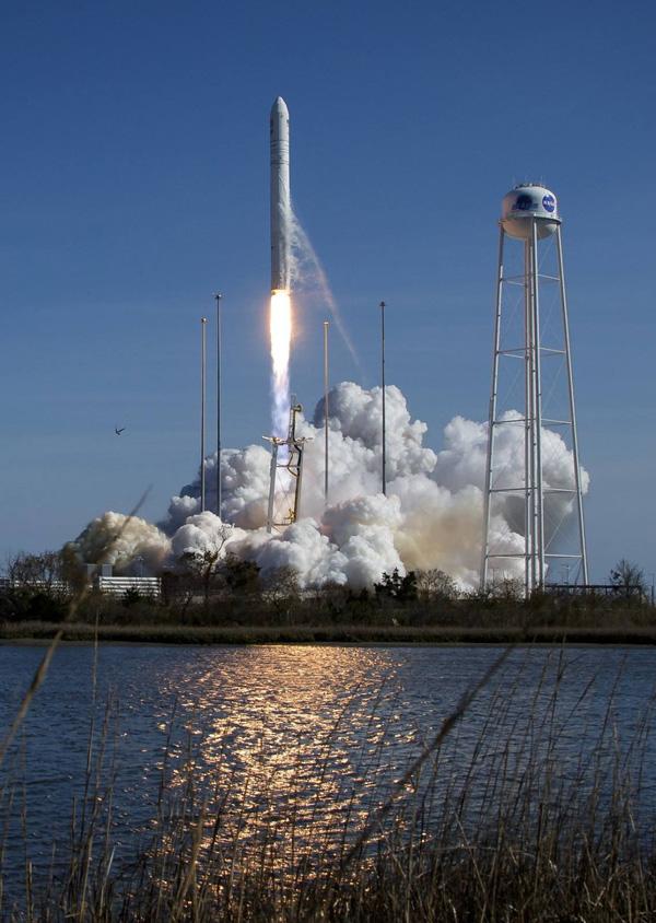 17 квітня 2019 року з Центру космічних польотів на острові Воллопс (штат Вірджинія, США) проведено успішний пуск ракети-носія «Антарес». Перший ступінь — виріб КБ «Південне». Фото з сайту facebook.com/yuzhnoye