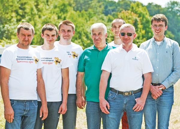 Генеральний директор компанії «Контінентал» Георг фон Нолкен (крайній праворуч) серед представників виробничого кластера «Карпати» і сільськогосподарського обслуговувального кооперативу «Бджолиний край». Фото надав відділ комунікації компанії «Контінентал»