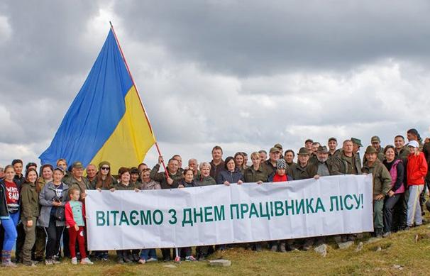 Лісівники Закарпаття розгорнули на вершині Державний прапор України. Фото надав автор