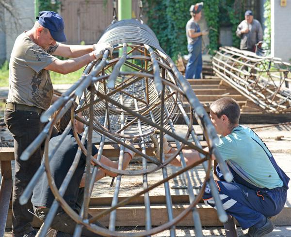 Усі конструкції, які ТОВ «МП «Мостострой» використовує під час спорудження мостів, нині створюють у Києві. Арматури на них іде дуже багато, адже кожен сантиметр опори (верхній знімок) чи мостових балок (нижній знімок) має бути надійно оперезаний металом. Тож робітники на виробничій базі ТОВ «МП «Мостострой» працюють старанно та уважно і гарантують якість своїх виробів. Фото Володимира ЗАЇКИ