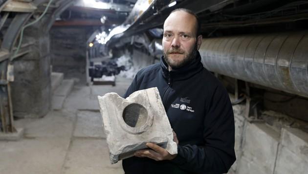 Археолог Арі Леві з 2000-річною частиною вимірювального столу.