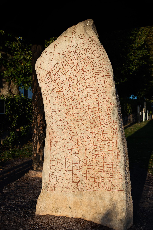Рунний камінь Рьок, зведений у Естерготланді у 800 році н. е., є найвідомішим рунічним каменем у світі епохи вікінгів.