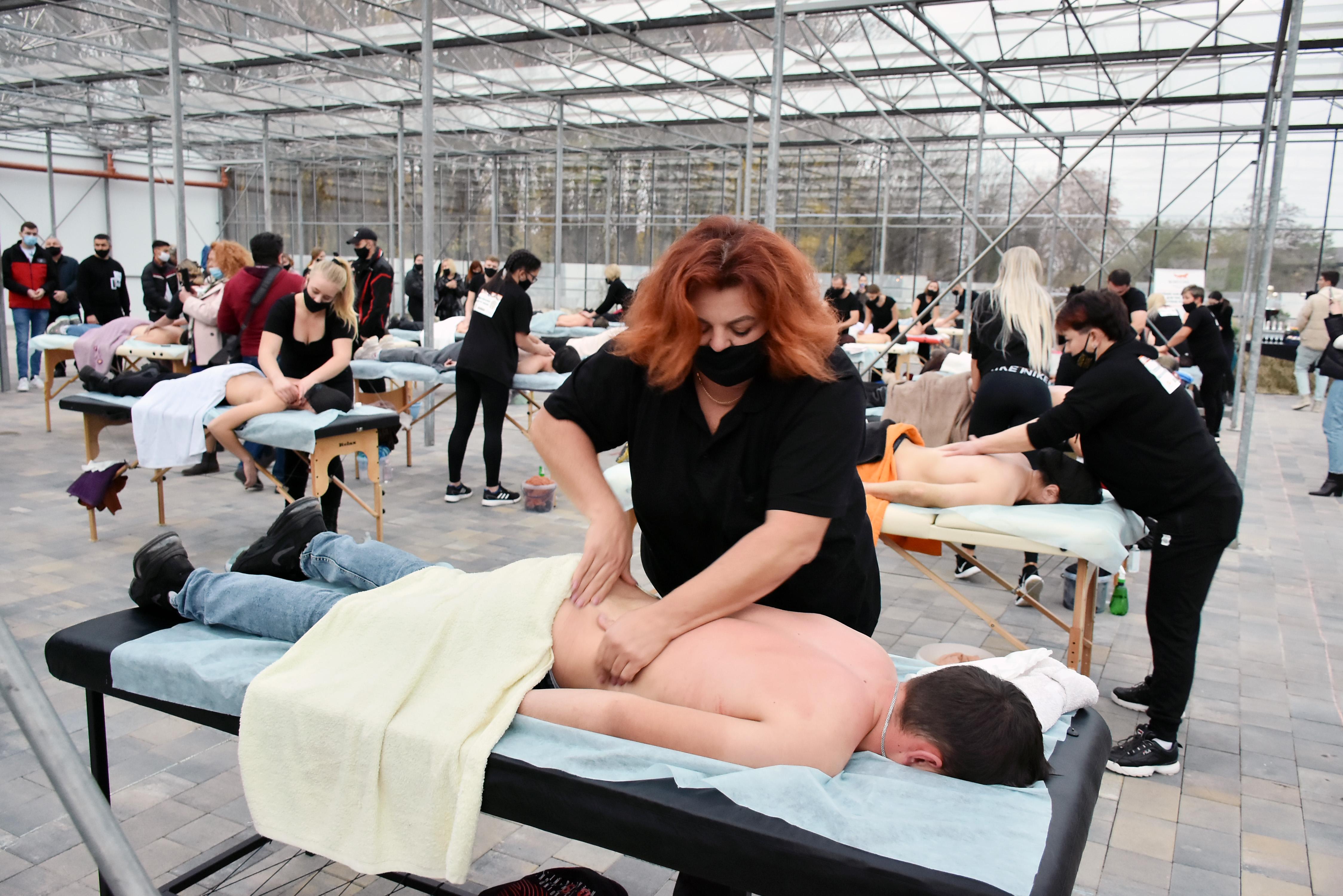Масаж проводить доцентка кафедри фізичної терапії, ерготерапії та фізичного виховання Тернопільського медуніверситету Наталя Давибіда