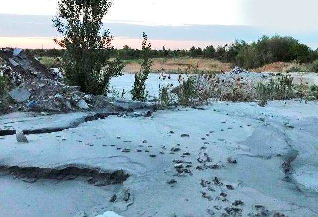 Береги з обрізків каменю, пульпи і побутового сміття — апокаліптичний пейзаж, що вже став буденністю. Фото автора
