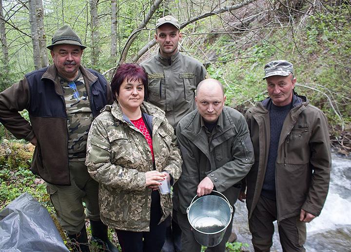 Сільський голова Марина Шемота разом із учасниками акції в Лугах