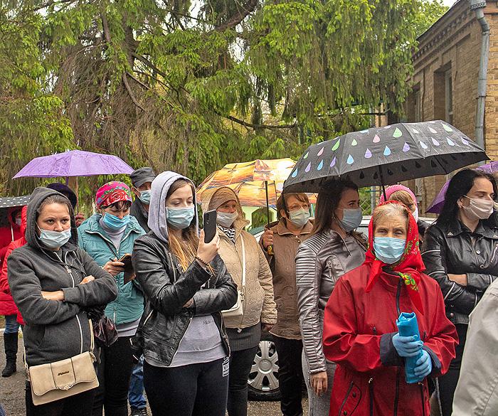 Мітингували під дощем, та депутати громади людей не почули. Фото Ігоря ЄФІМОВА