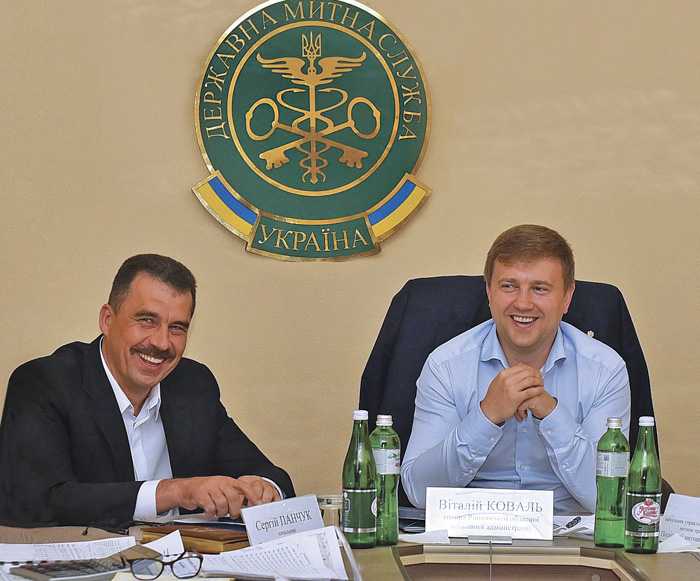 Коли є взаєморозуміння голови Рівненської ОДА Віталія Коваля (праворуч) і начальника Поліської митниці Сергія Панчука, то це сприяє вигідному співробітництву підрозділу митниці і обласної громади. Фото з сайту facebook.com/PLcustomsUA