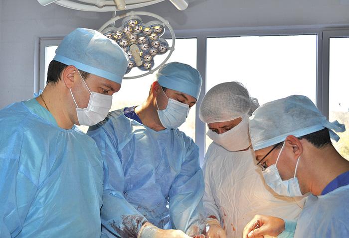 Щоб підготувати судинного хірурга самостійно виконувати складні операції, потрібно не менш як 15 років. Фото надав автор